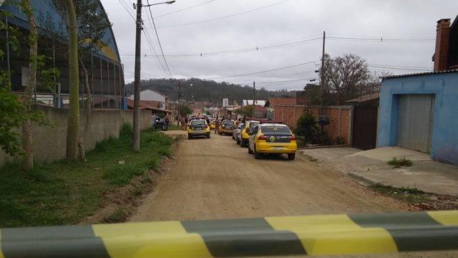 Rua do crime com várias viaturas da PM