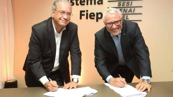 Carlos Valter Martins Pedro (esq.), novo presidente da Fiep, ao lado de Edson Campagnolo, que comandou a Federação de 2011 para cá.