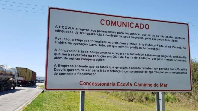 Placa com pedido de desculpas da Ecovia