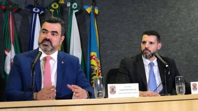 O superintendente da Polícia Federal no Paraná Luciano Flores de Lima e o delegado Maurício Moscardi Grillo em entrevista coletiva.