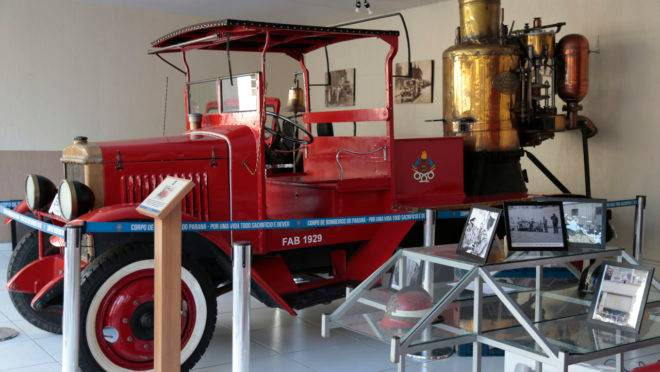 Veículo de 1912 é destaque no Museu dos Bombeiros.