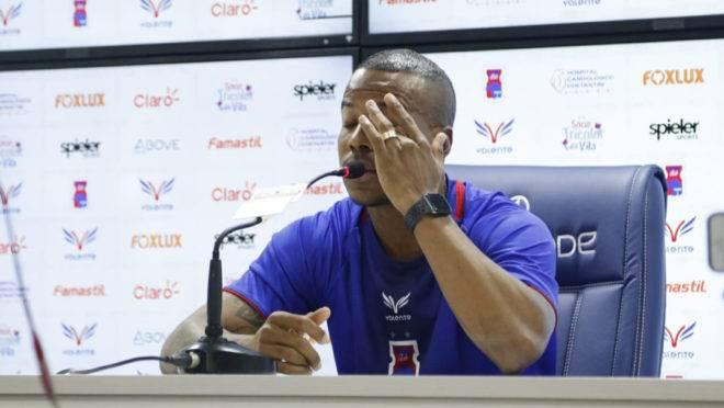 Guilherme Santos se emocionou ao conceder entrevista no Paraná Clube