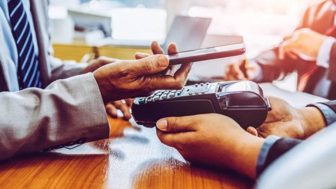 Invisível, gratuita e instantânea: nova indústria de pagamentos pode tirar bilhões do segmento bancário nos próximos seis anos