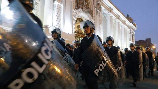 Polícia de choque se posiciona em torno do Congresso em Lima, Peru, após o anúncio da dissolução do Congresso pelo presidente Martín Vizcarra, 30 de setembro de 2019
