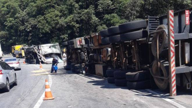 Caminhões tombados na 376
