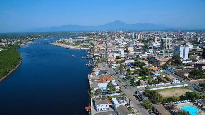 Vista aérea do município de Paranaguá, no litoral paranaense