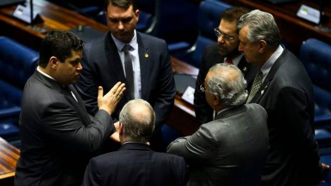 O presidente do Senado, Davi Alcolumbre, conversa com senadores durante sessão deliberativa extraordinária para votação dos destaques da reforma da previdência.