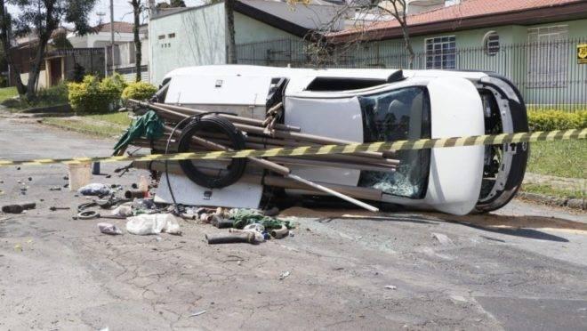 Carro a serviço da Sanepar ficou capotado na rua.