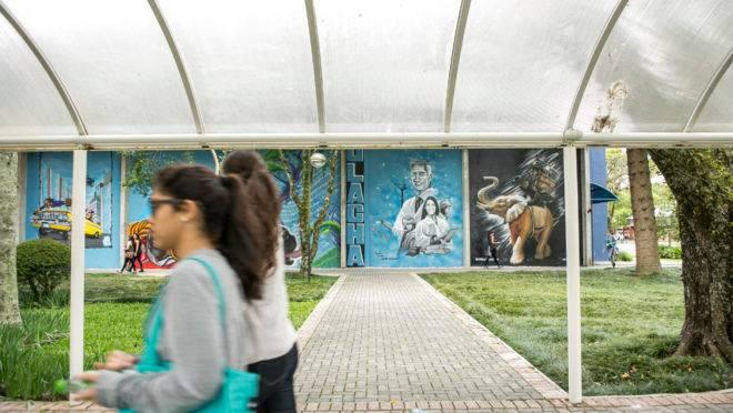 Pessoas em campus da PUC em Curitiba