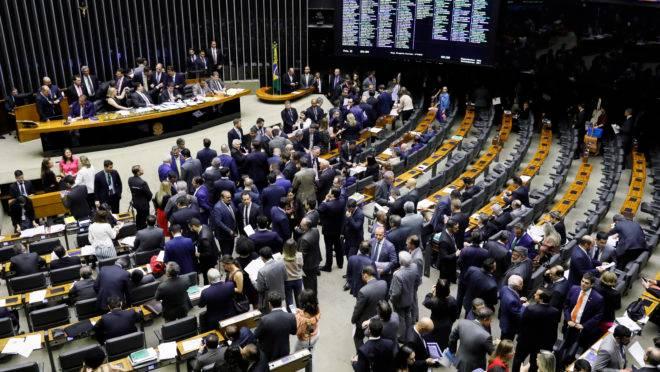 Deputados e senadores reunidos para sessão do Congresso em 02/10/2019