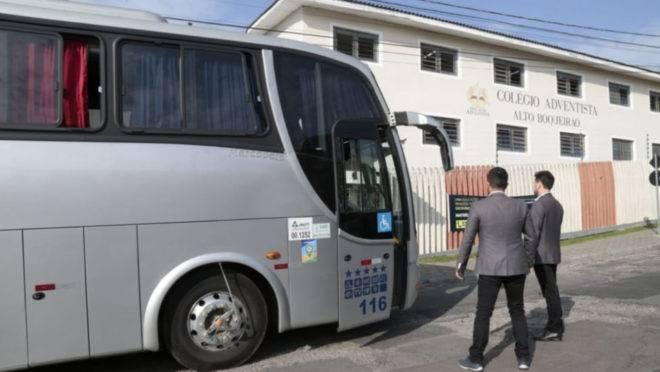 Motorista do ônibus escolar foi baleado no bairro Alto Boqueirão.
