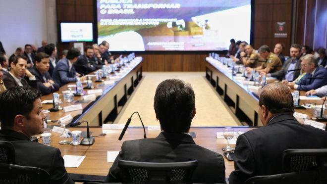 Carlos Massa Ratinho Junior (centro) na reunião em que assinou decreto que regulamenta programa de compliance no estado