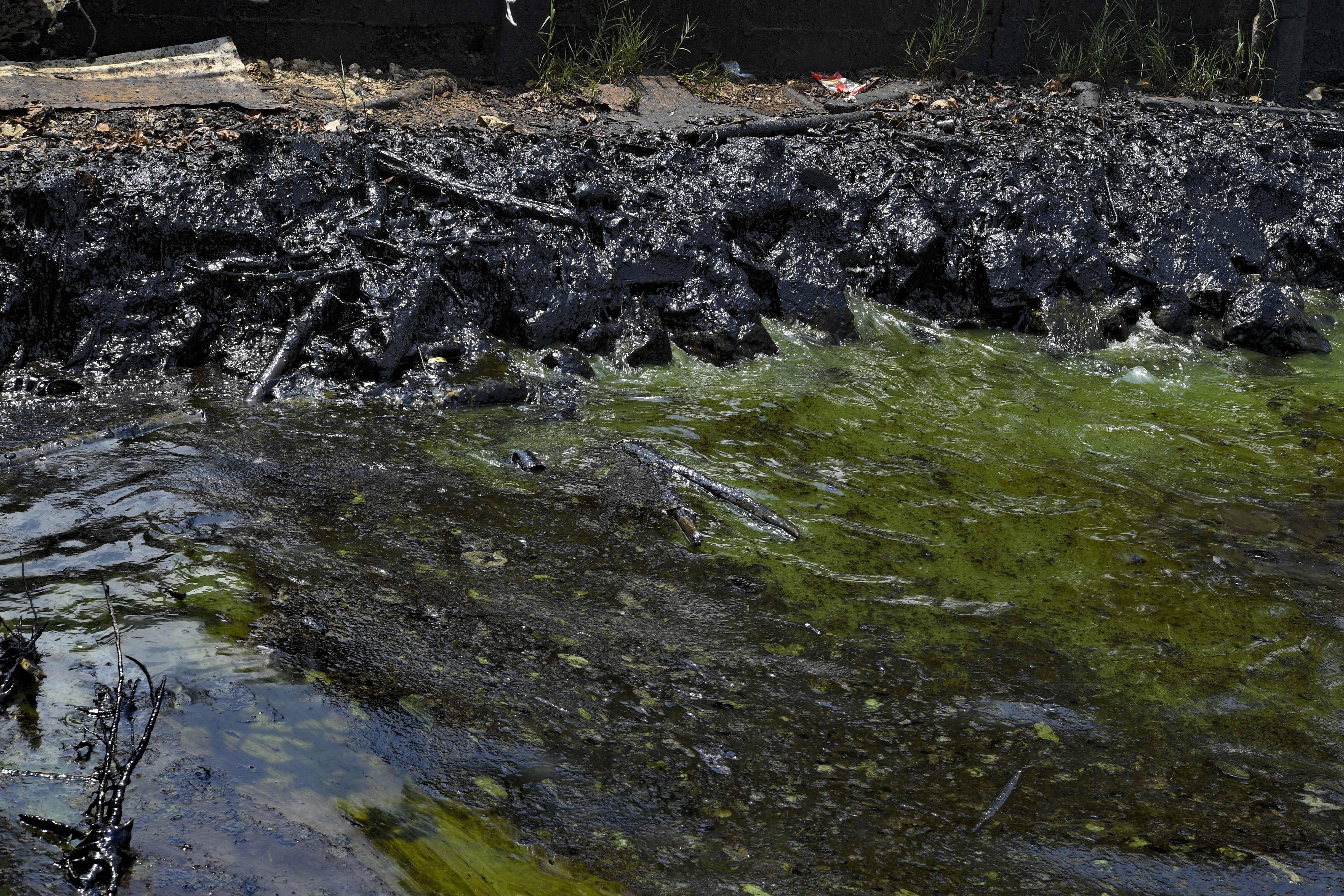 Derramamento de petróleo na margem do lago Maracaibo | FOTO: YURI CORTEZ/AFP