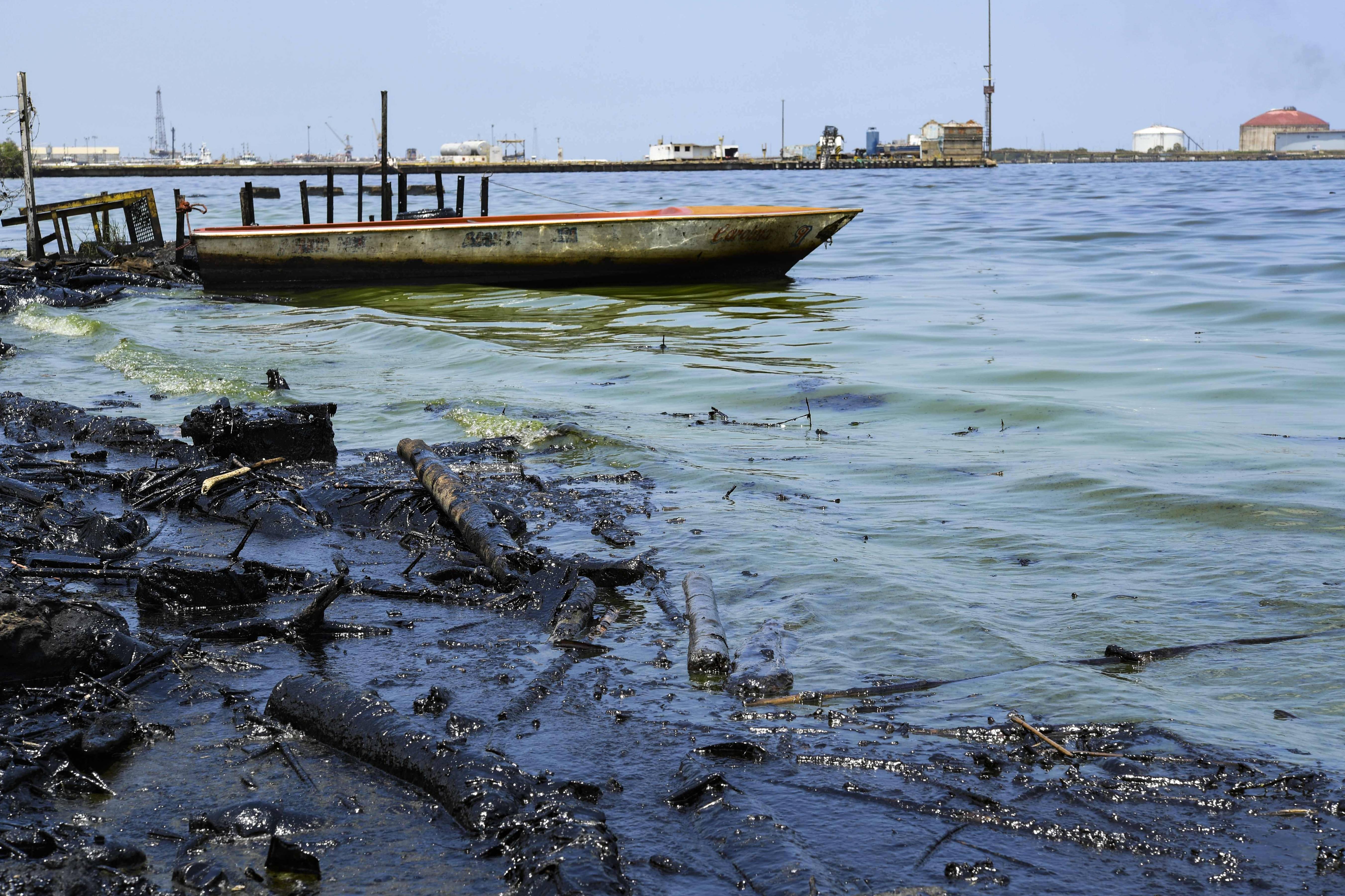 Derramamento de petróleo na margem do lago Maracaibo em Cabimas, perto de Maracaibo, estado de Zulia, Venezuela | FOTO: YURI CORTEZ/AFP