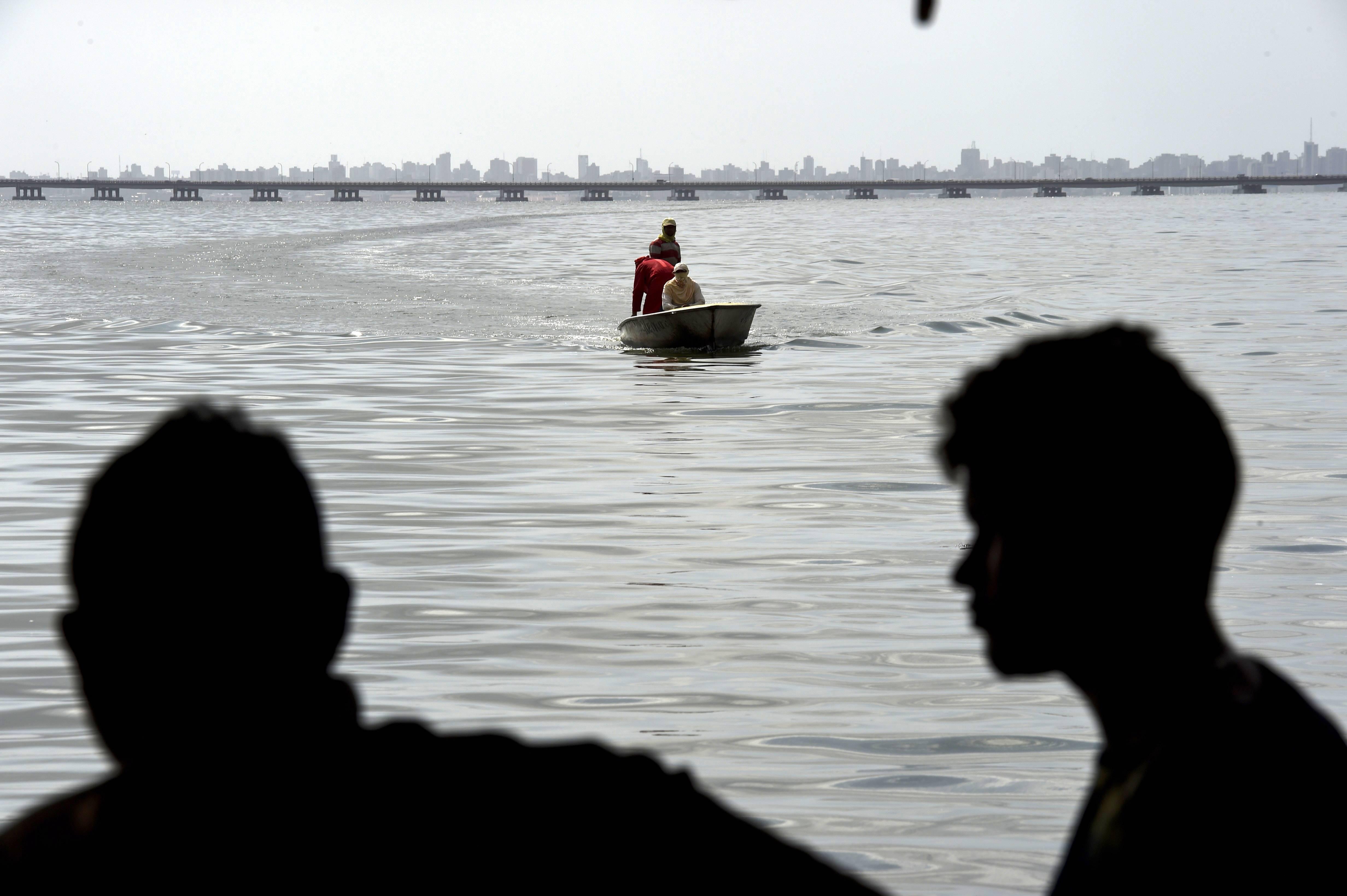 Moradores retornam após pescar nas águas poluídas do lago Maracaibo | Foto: YURI CORTEZ/AFP