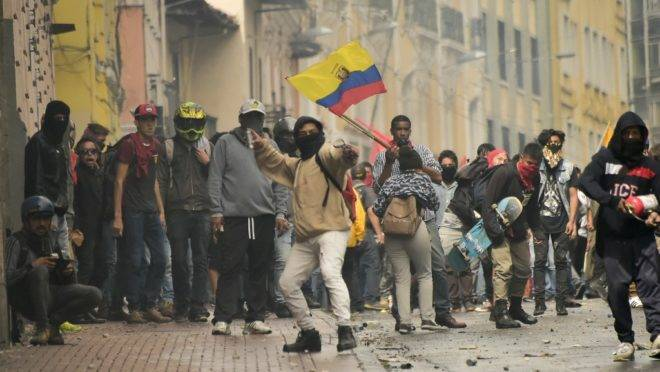 Manifestantes entram em confronto com a polícia de choque durante greve dos transportes contra medidas econômicas do presidente equatoriano Lenin Moreno, em Quito, 3 de outubro de 2019