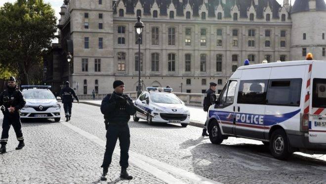 Policiais perto da sede da polícia de Paris, 3 de outubro de 2019, após o assassinato de 4 policiais em um ataque a faca