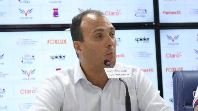 Alex Brasil explicou situação do zagueiro Fabrício
