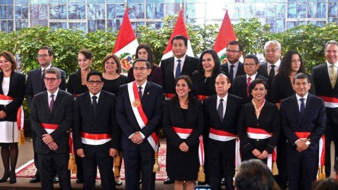 O presidente do Peru, Martín Vizcarra, com o seu novo gabinete de ministros durante cerimônia de posse, em Lima, 3 de outubro de 2019