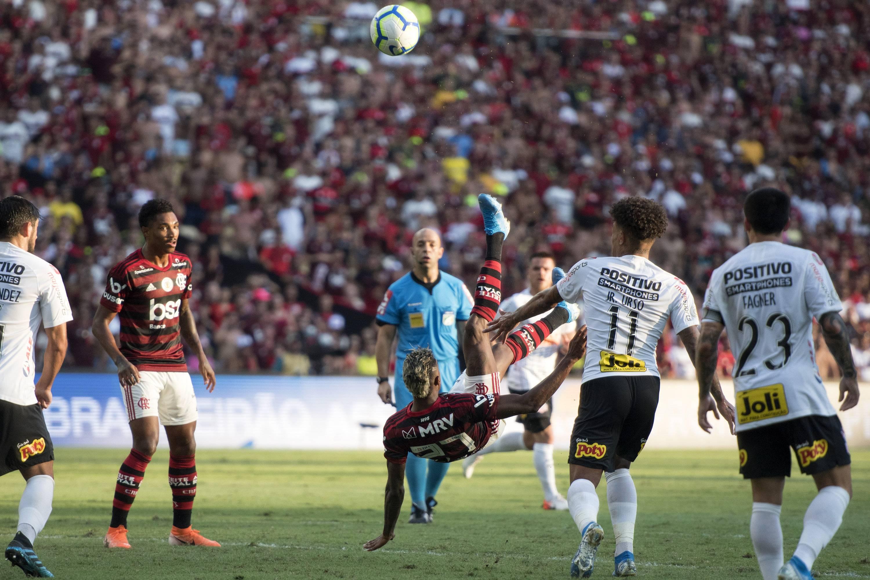Flamengo goleou o Corinthians, que teve o técnico Fábio Carille demitido após a partida