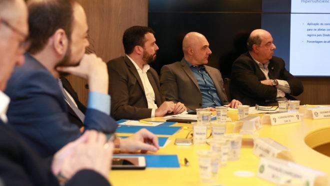 Clubes brasileiros se reúnem na sede da CBF para debater sobre clube-empresa.