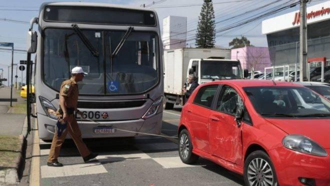 Acidente entre Inter 2 e carro tumultuou o trânsito no bairro Seminário.