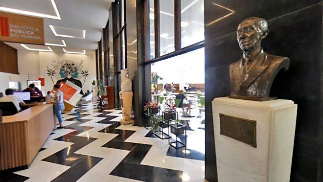 Conheça a história dos quatro bustos da Biblioteca Pública.