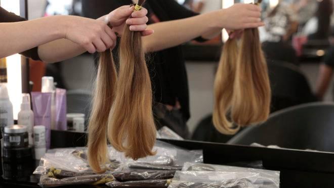 Campanha de doação de mechas de cabelo no salão Torriton, em Curitiba