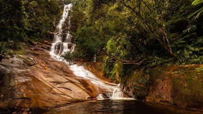 Salto dos Macacos: cachoeira, tobogã e piscina natural.