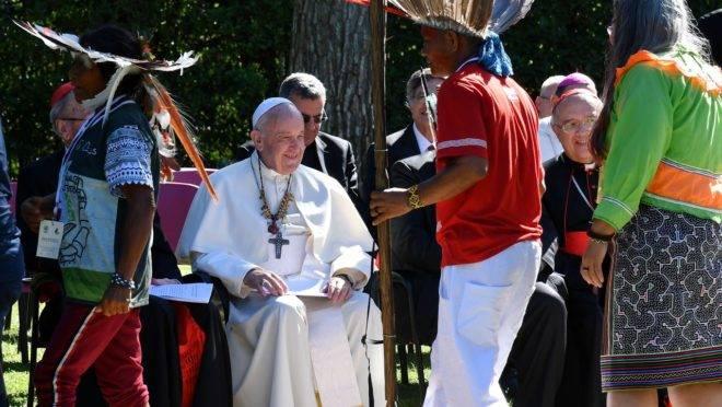 Papa Francisco junto com índios.