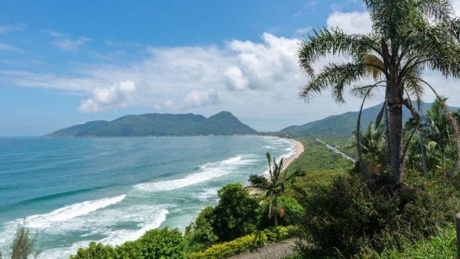 Praia de Armação, em Florianópolis, que lidera a pesquisa para quem está buscando destinos para a virada de ano.