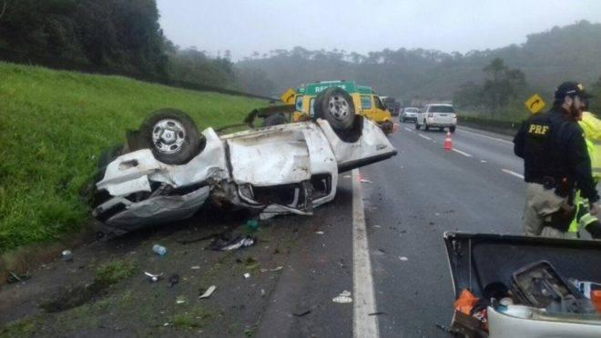 Além da morte do motorista, passageiro ficou ferido e foi levado para o Hospital Angelina Caron.