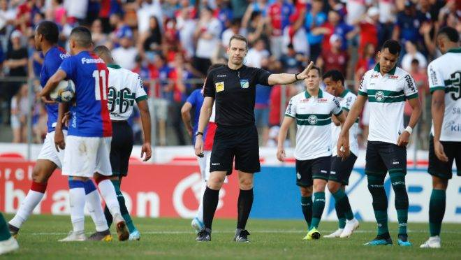 Romercio reclama com a arbitragem após a conversão do pênalti no Paratiba. Foto: Hedeson Alves/Gazeta do Povo