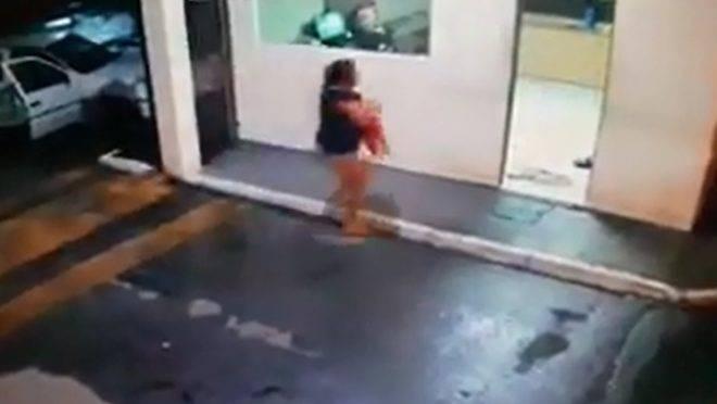 Imagem de vídeo mostra mãe chegando com a criança no posto policial