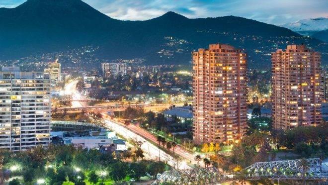 O voo de menos de quatro horas de duração para Santiago também vai facilitar as conexões de quem sai de Curitiba para os destinos do Pacífico.