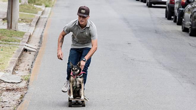 Marco Aurélio Fragoso e sua cadelinha Nêga Preta chamam a atenção no skate.