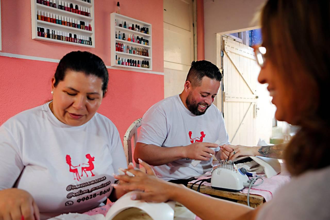 O manicuro Robson Barbosa e a esposa Vanessa Maceno.  Foto: Albari Rosa / Gazeta do Povo