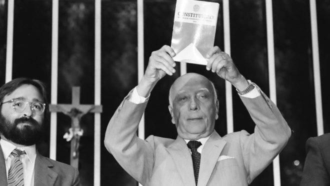 Ulysses Guimarães e sua obra-prima: a Constituição Federal de 1988, em vigor até hoje.