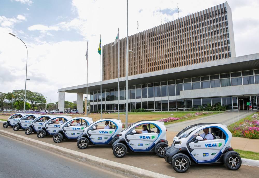 Unidades do Twizy perfiladas em frente ao Palácio Buriti, sede do GDF. Foto: Renault/ Divulgação