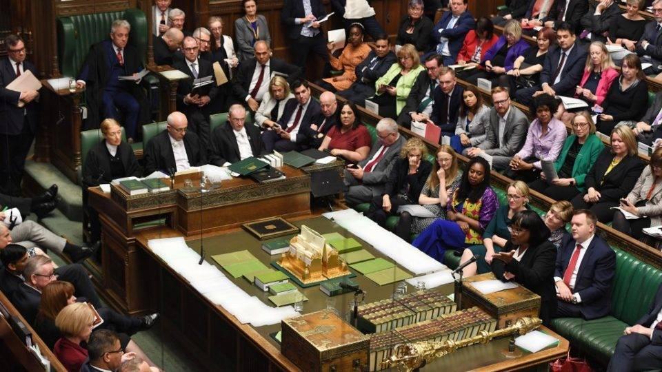 Parlamento britânico aprova emenda que adia mais uma vez o acordo do Brexit