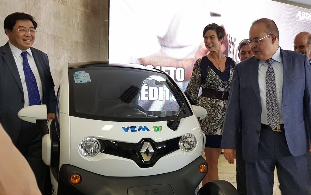 Ricardo Gondo, presidente da Renault do Brasil (esq.) e Ibaneis Rocha, governador do DF. Foto: Renyere Trovão/ Gazeta do Povo