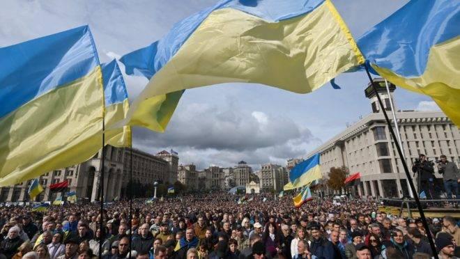 Manifestantes protestam em Kiev contra maior autonomia a territórios separatistas, parte do plano para encerrar o conflito com a Rússia, 6 de outubro de 2019