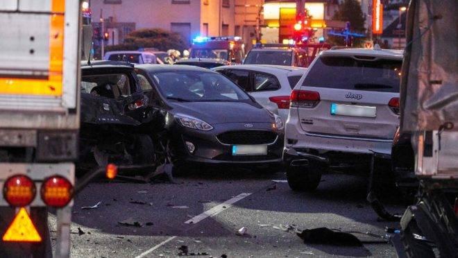 Rua do centro de Limburg, Alemanha, após um motorista ter atingido vários carros com um caminhão roubado