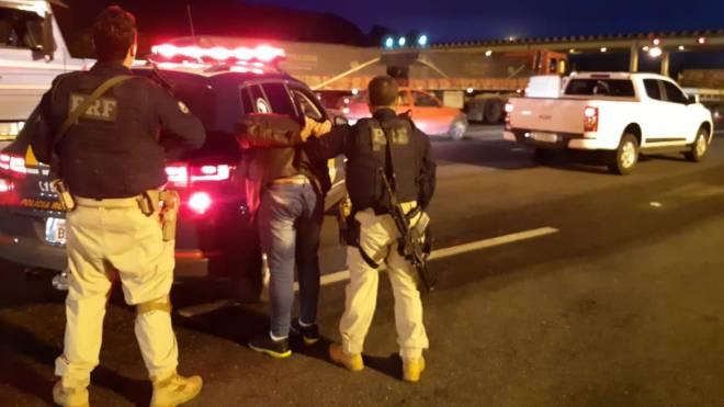 Falso policial roubou caminhonete no Norte do Paraná e foi preso na divisa com Santa Catarina.