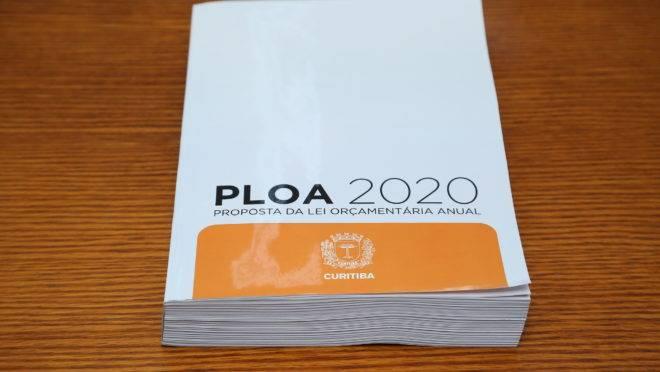 Projeto da LOA 2020 foi entregue pelo secretário municipal de finanças, Vitor Puppi, ao presidente da Câmara Municipal, Sabino Picolo (DEM).