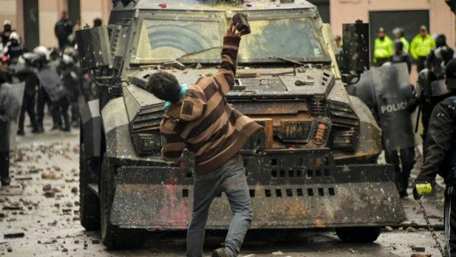 Manifestantes entram em confronto com a polícia de choque, em Quito, Equador