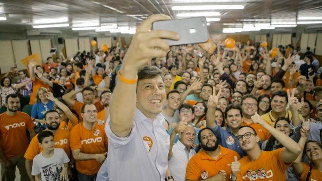 João Amoêdo, presidente do Novo e ex-candidato ao Planalto, tira selfie com eleitores.