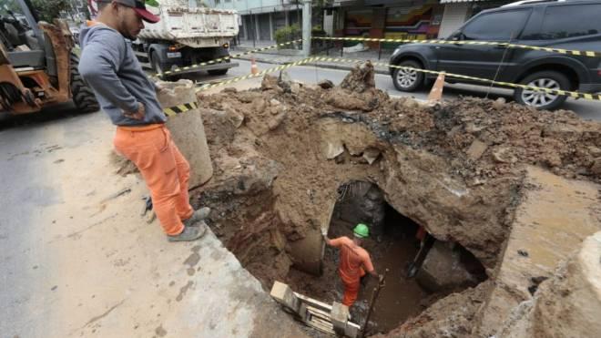 Prefeitura trabalha para fechar a cratera na Rua Inácio Lustosa.