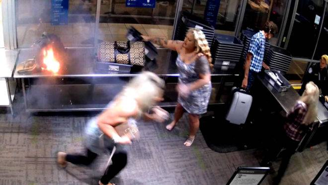 Bateria de cigarro eletrônico explode em mochila enquanto passageira passava pelo sistema de segurança, nos EUA.