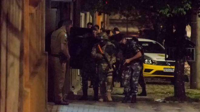 Policiais invadem imóvel onde estava o atirador: informações dos snipers foram fundamentais para a ocorrência acabar sem vítimas.